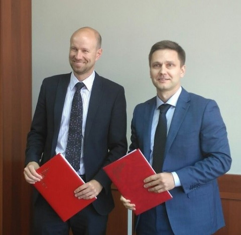 Signing ceremony: Denis Skomorokhov (left), General Director of the Ural High-Tech Park, and Andrey Podshivalov (right), Sales Director of the ESI Group office in Russia.